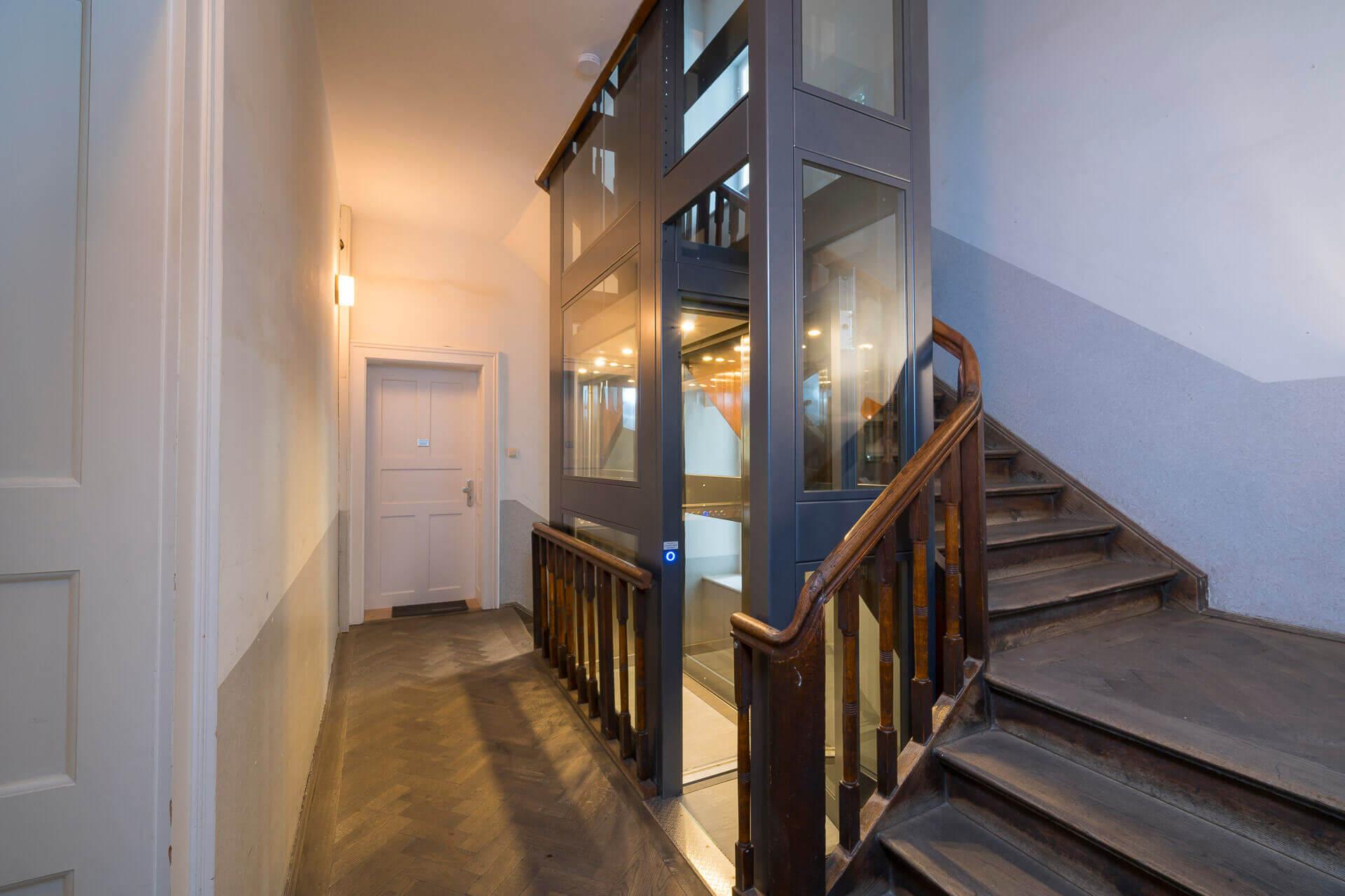 Ascensor eléctrico compacto instalado en el hueco de escalera de un edificio de vecinos